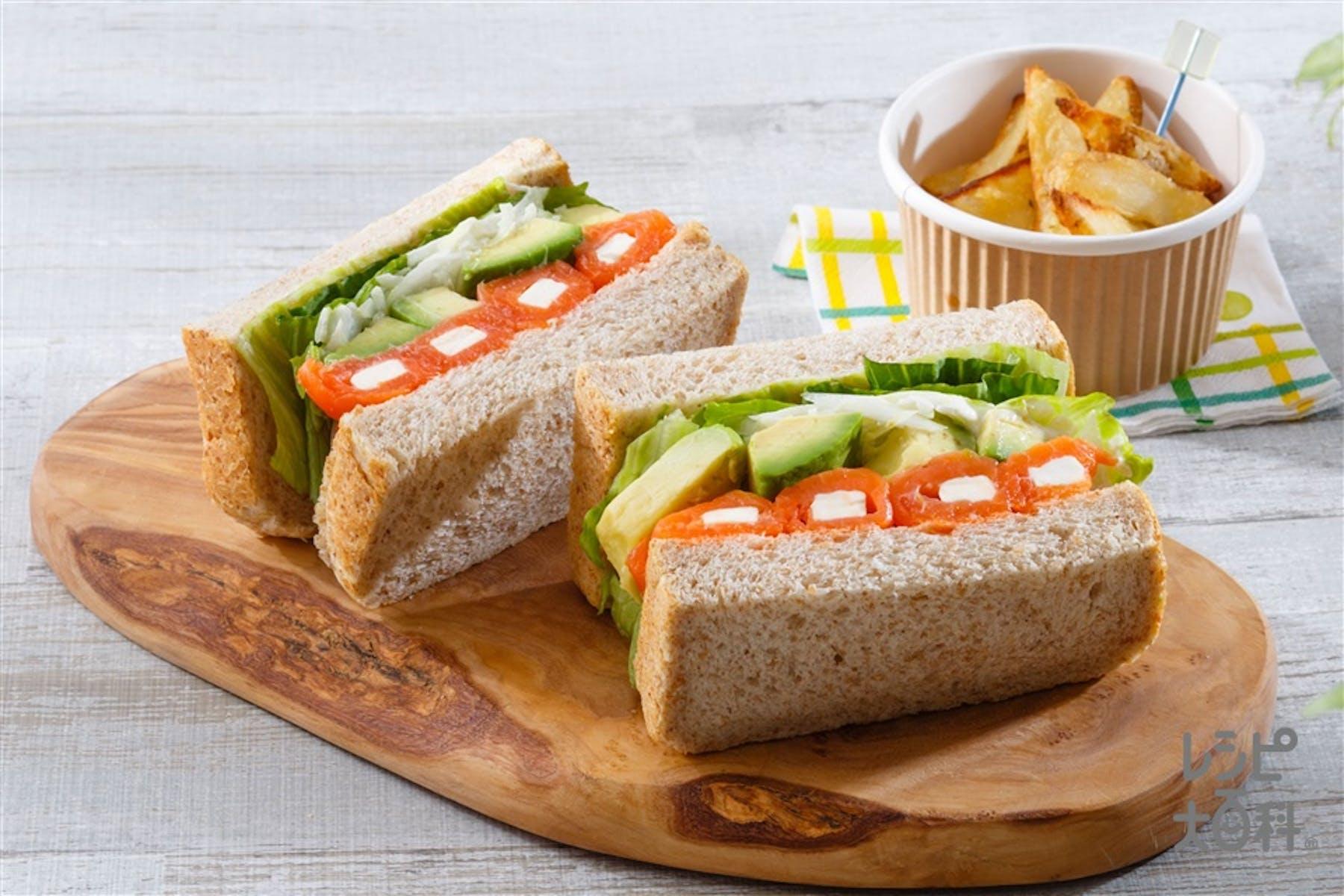 アボカドたっぷりスモークサーモンサンドイッチ