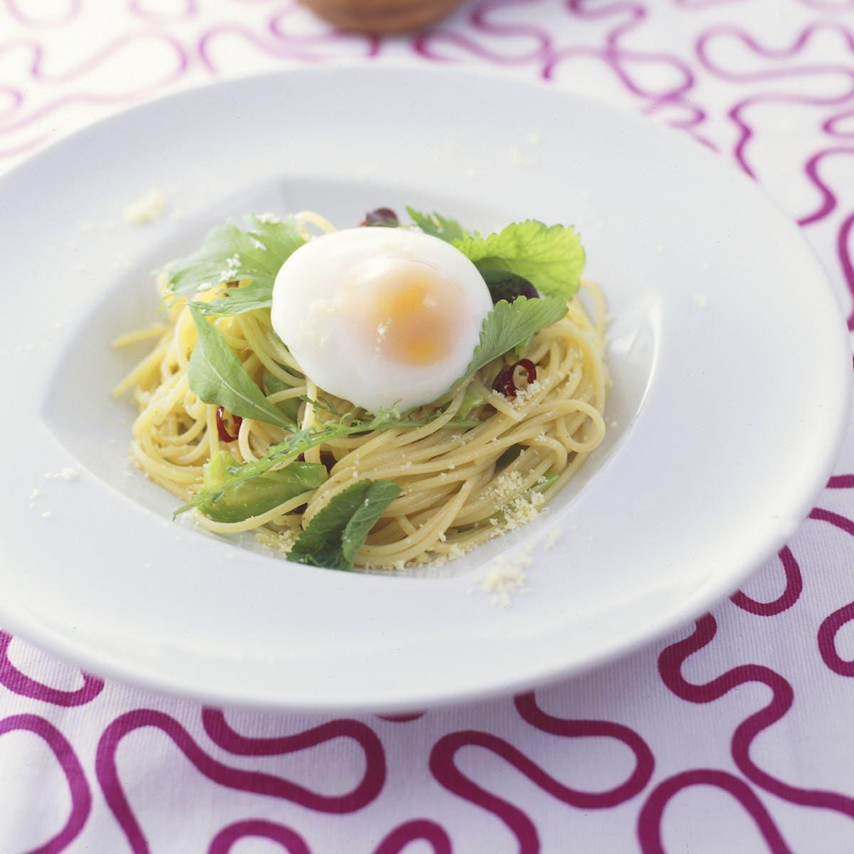 半熟卵とグリーンのパスタ