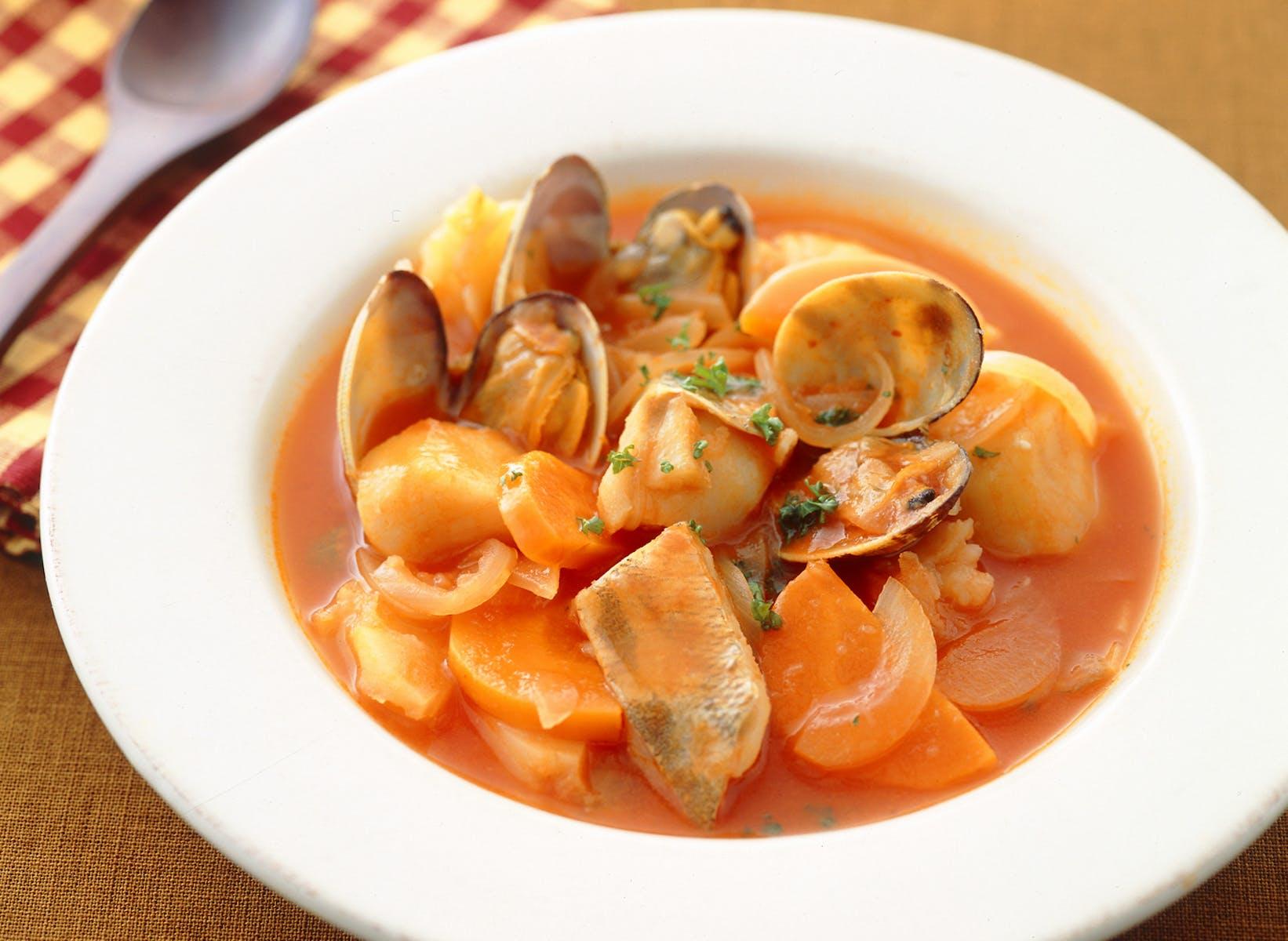 トマト風味の魚介スープ