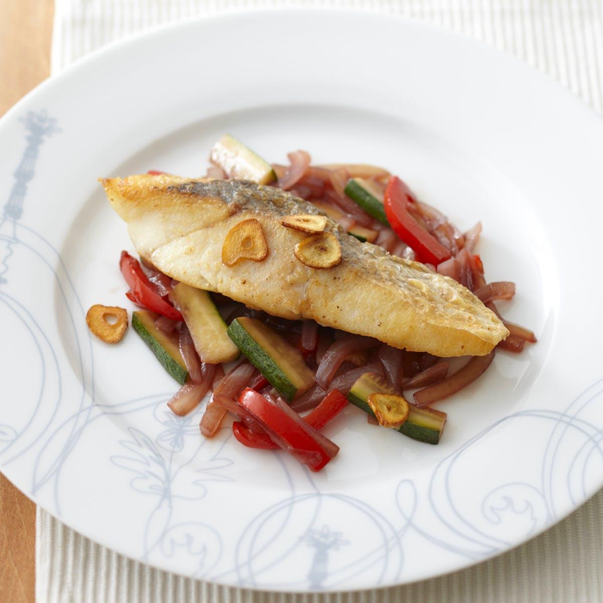 すずきのソテー 野菜の赤ワイン煮添え