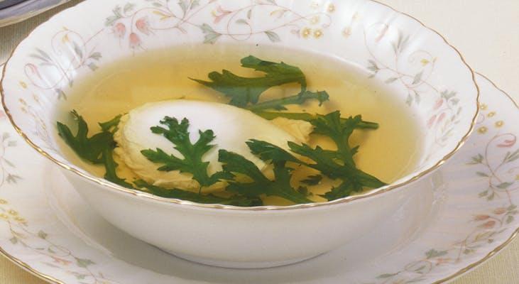 春菊とポーチドエッグのスープ