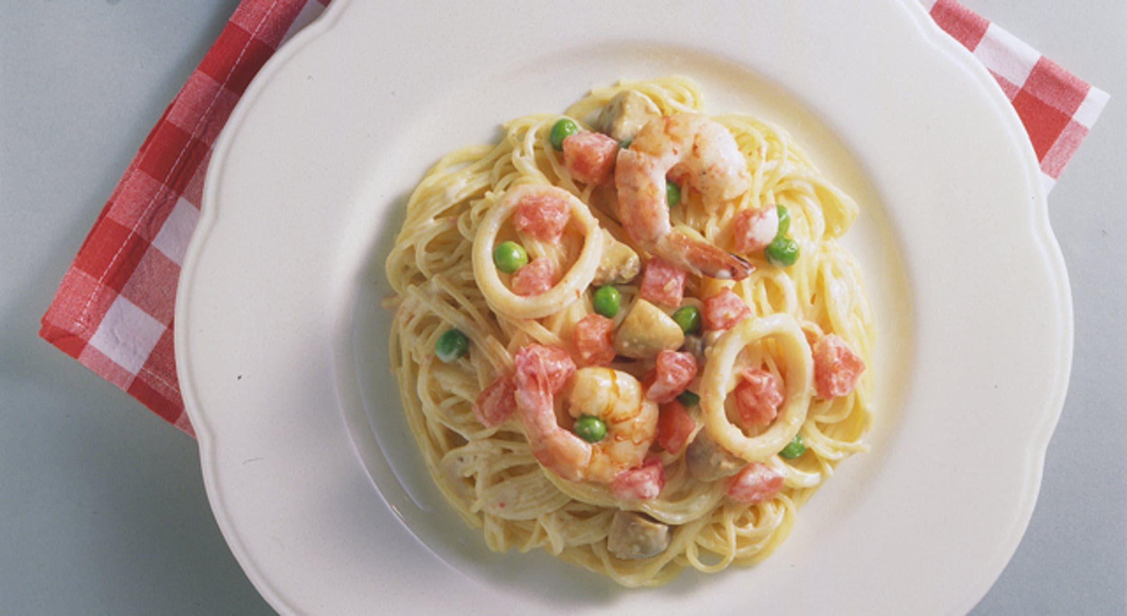 トマトと魚介のクリームソース
