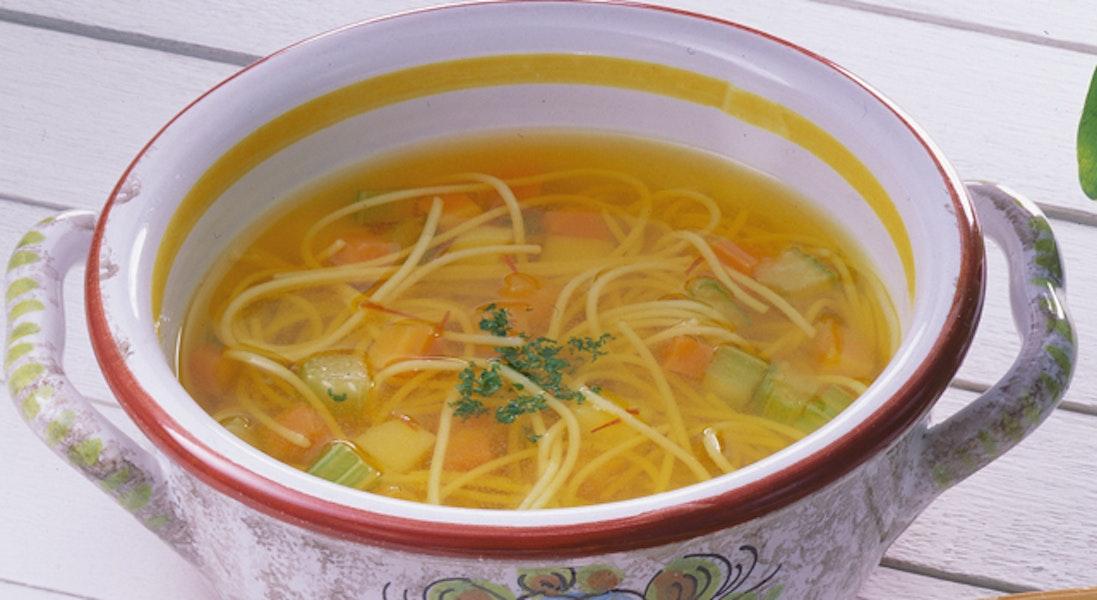 サフランの冷たいパスタスープ