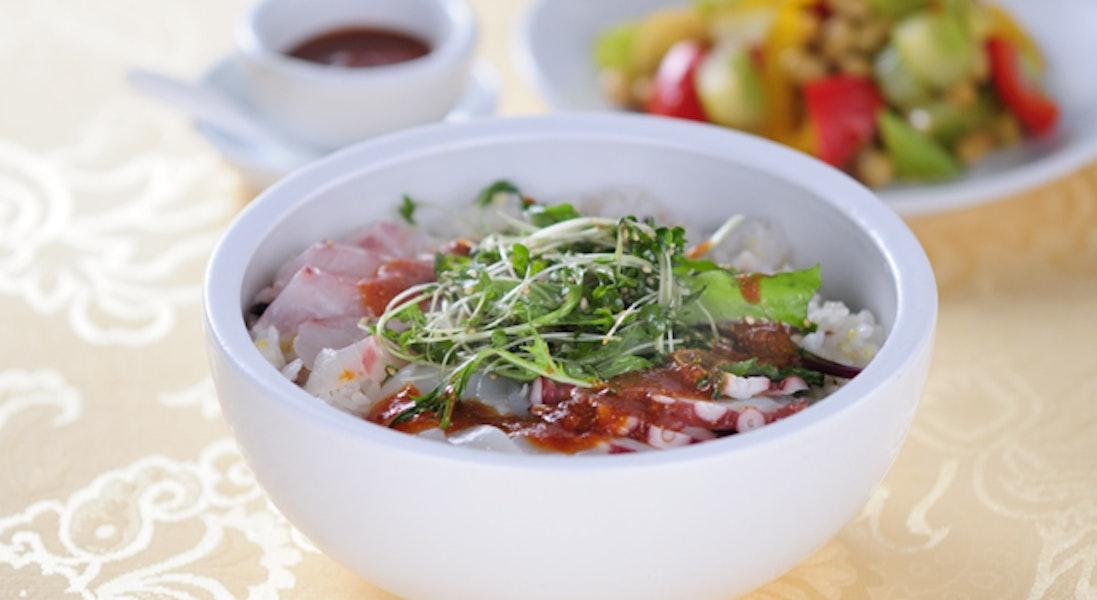 韓風海鮮どんぶり ベビーリーフ・ナムルのせ
