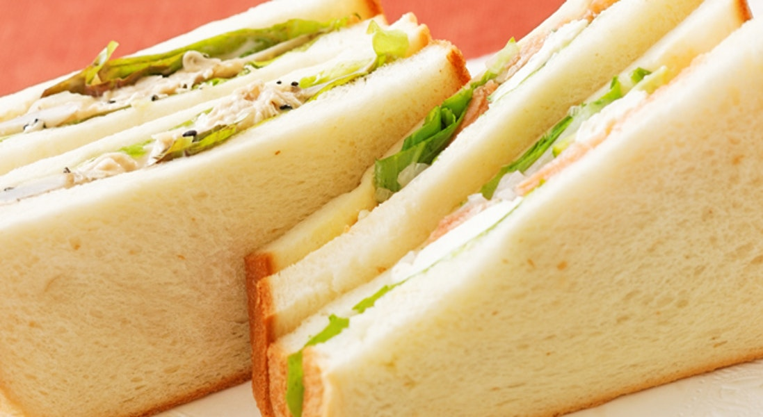 スモークサーモンのサンドイッチと鶏ささ身のサンドイッチ