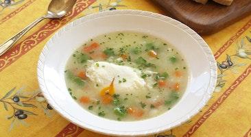 ポーチドエッグ入り野菜スープ
