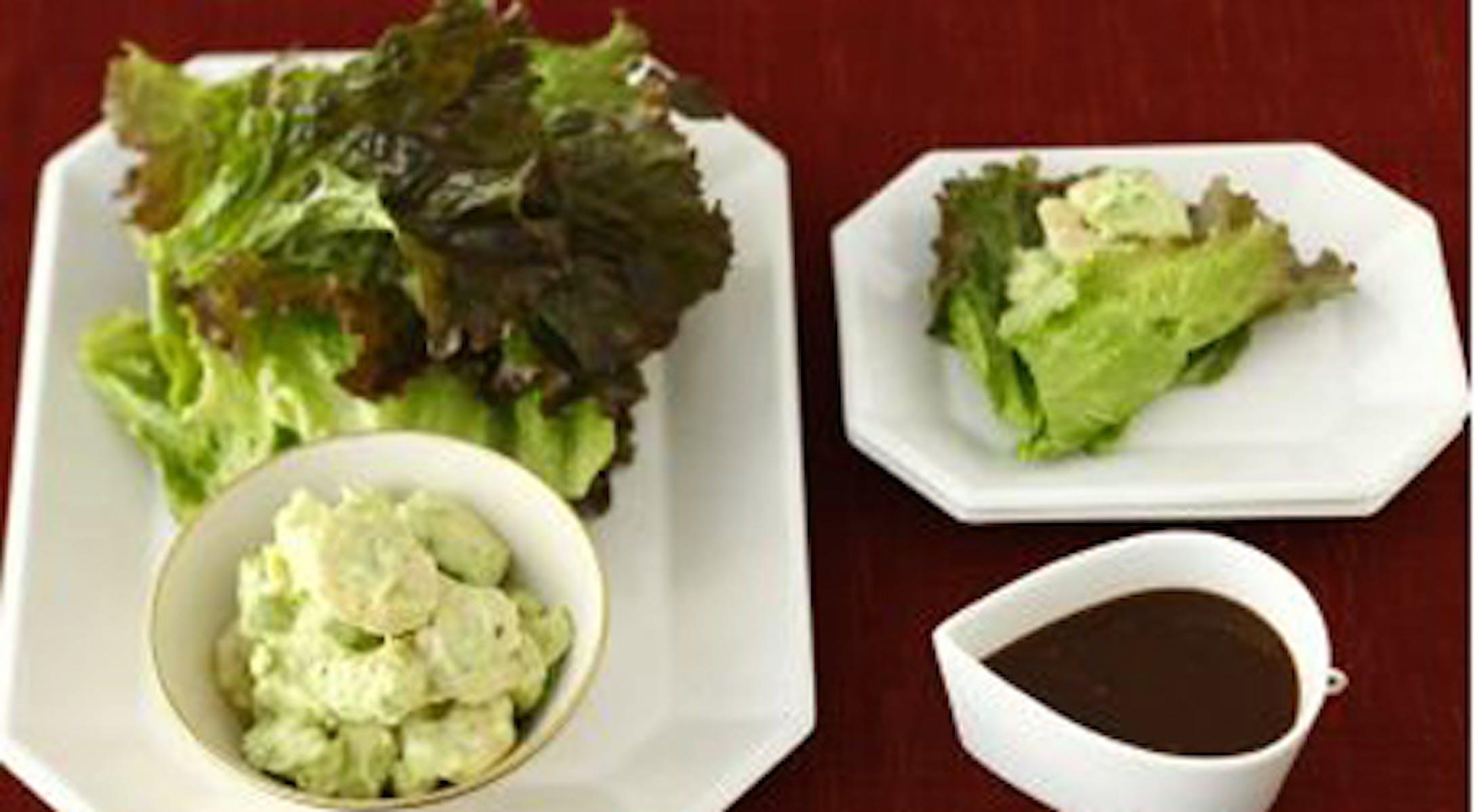えびとアボカドの葉っぱ包みサラダ
