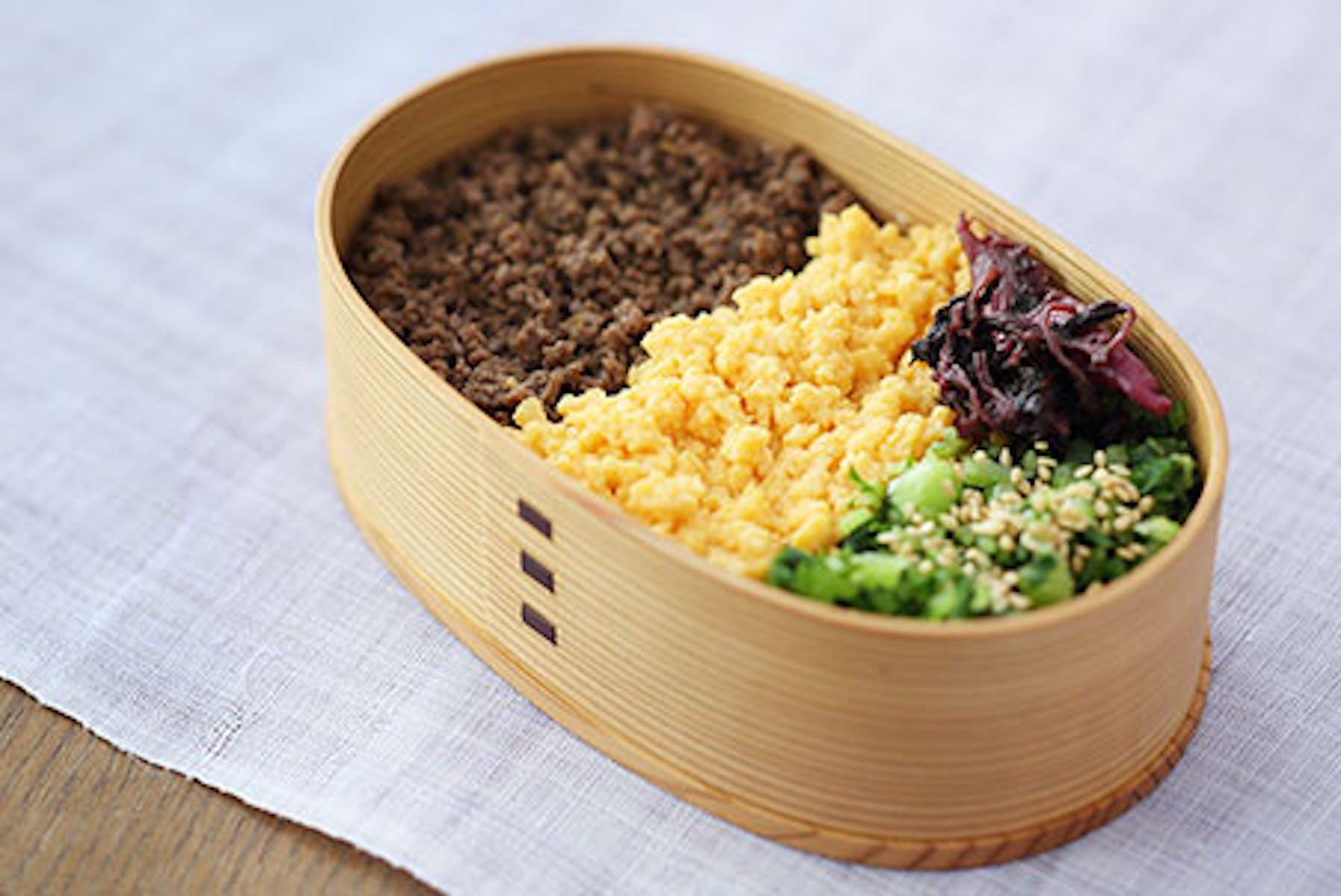 甘酒牛そぼろと甘酒炒り卵、青菜の塩もみの3色弁当