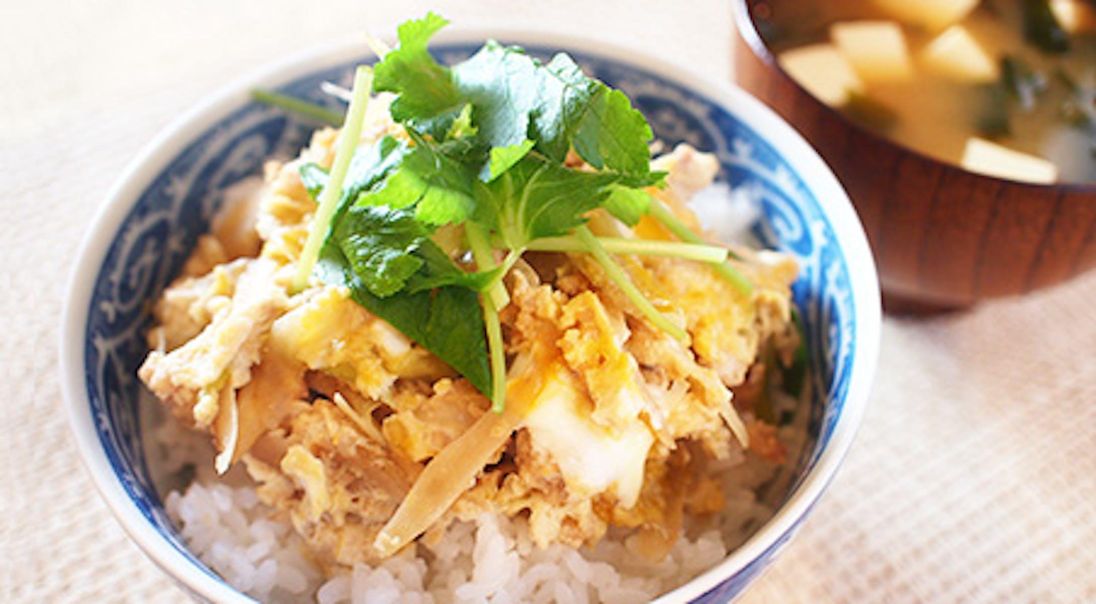 鶏肉ときのこ、ごぼうの味噌たまごとじ丼