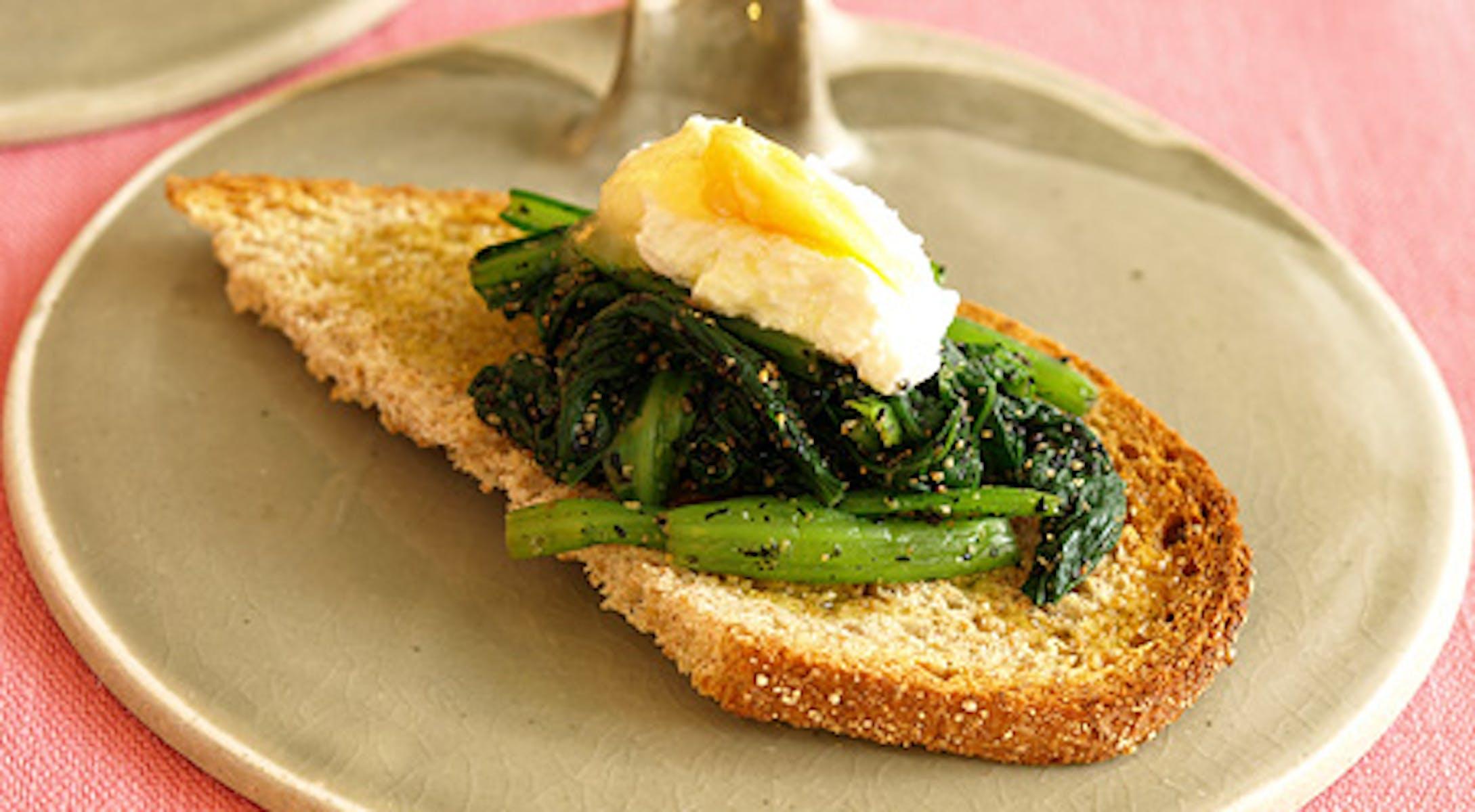 青菜のごま和えとみそリコッタチーズのオープンサンド