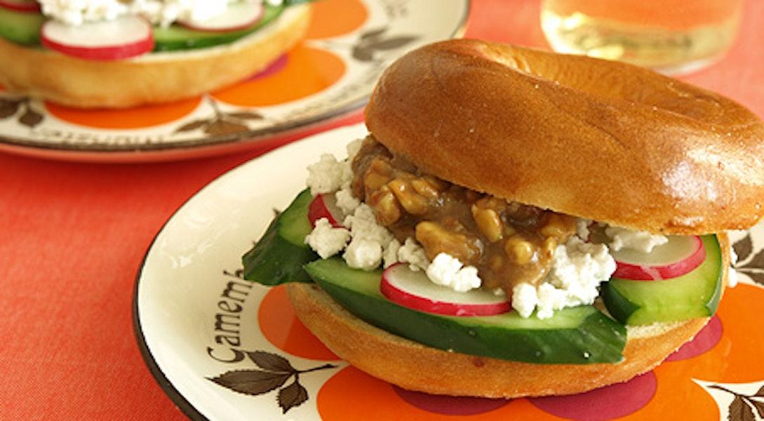 カッテージチーズとくるみ味噌、きゅうりとラディッシュのベーグルサンド