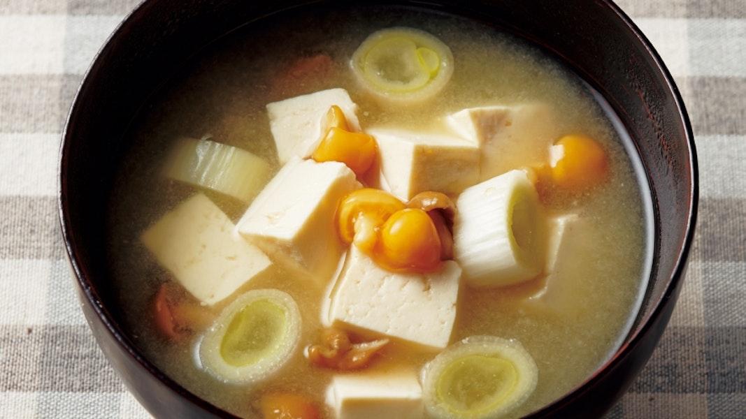 豆腐となめこ、ねぎのみそ汁